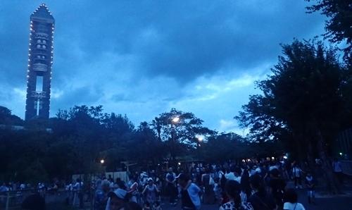 170818東山動物園ナイト04タワーと人混み.JPG